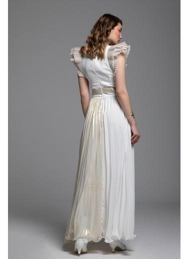 Tuba Ergin Gold Piliseli Kemer Aksesuarlı ve Omuz Detaylı Adelia Maxi Davet Elbisesi Beyaz